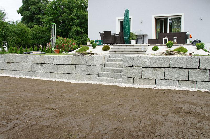 garten-gartenabgrenzung-mit-granit-wurfsteinmauer-windischgarsten